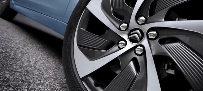 Diez sencillos consejos para limpiar tu coche a mano y dejarlo reluciente
