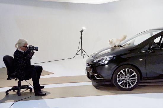 El Opel Corsa posa para Karl Lagerfeld junto a su gata