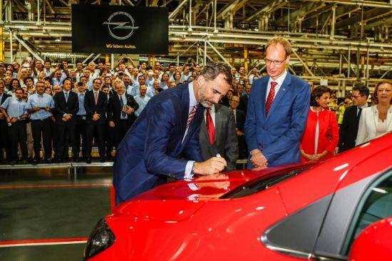 S.M el Rey conduce el Opel Mokka en su visita a la fábrica de Figueruelas